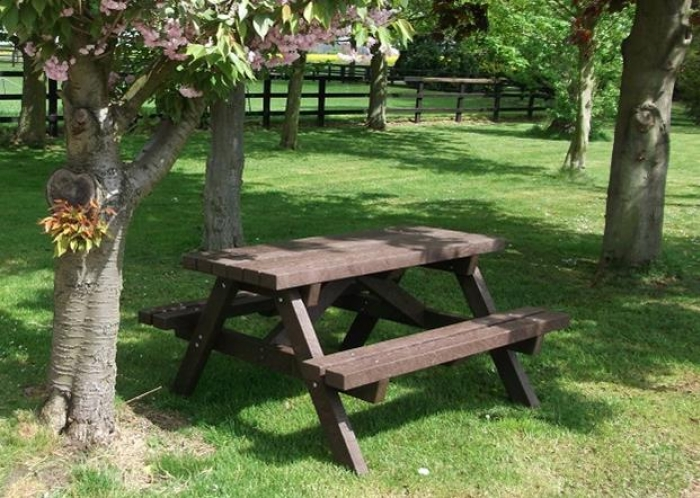 Recycled plastic 'wheat' picnic table