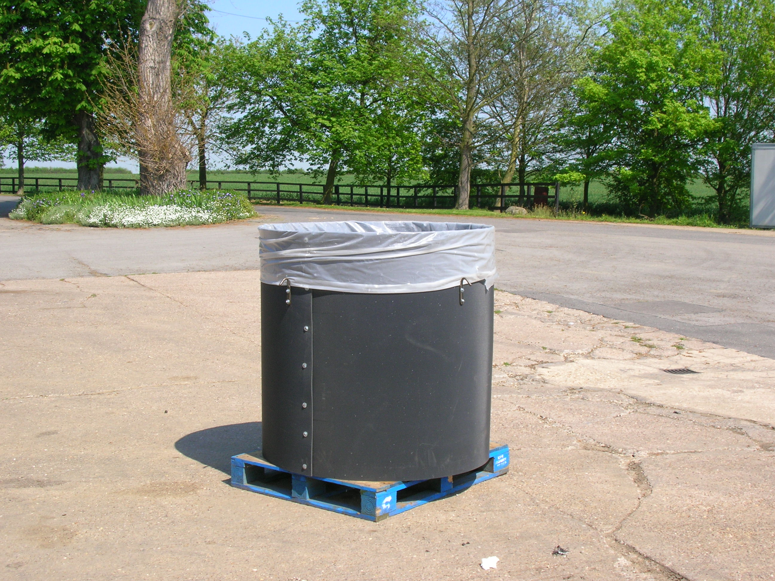 Bag holder for 1400 litre agricultural waste bag
